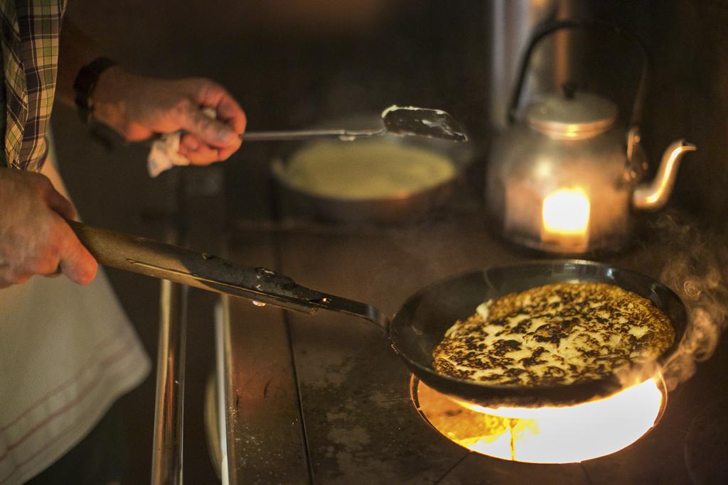 Kochen des Melchermüas über dem Feuer