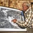 Hoserkar Willi zeigt Bilder des alten Magnesitwerkes